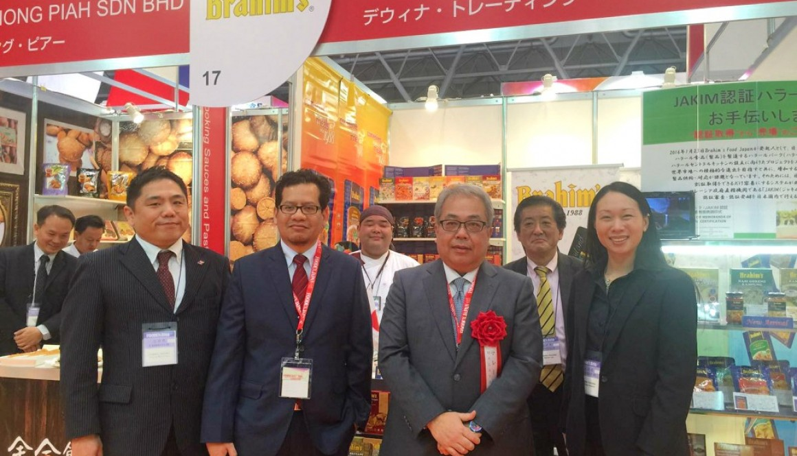 Brahim's welcomes Malaysian Ambassador to Japan at Brahim's-Dewina booth at Foodex Japan 2016