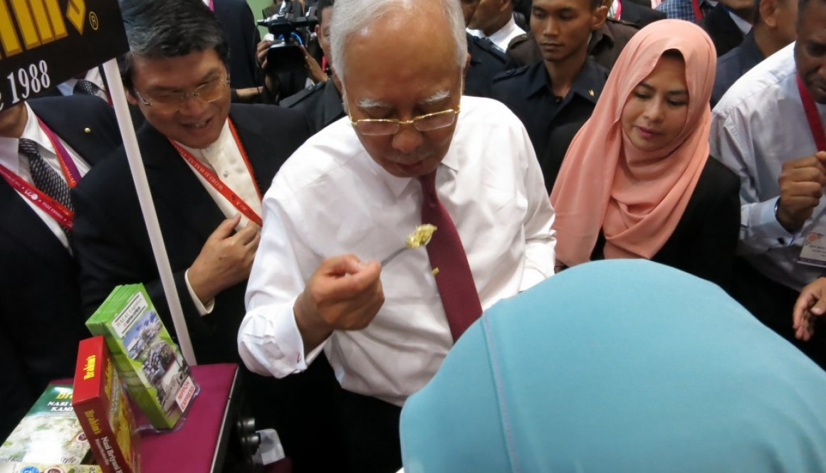 Prime Minister Malaysia tasting Brahim's kampung fried rice