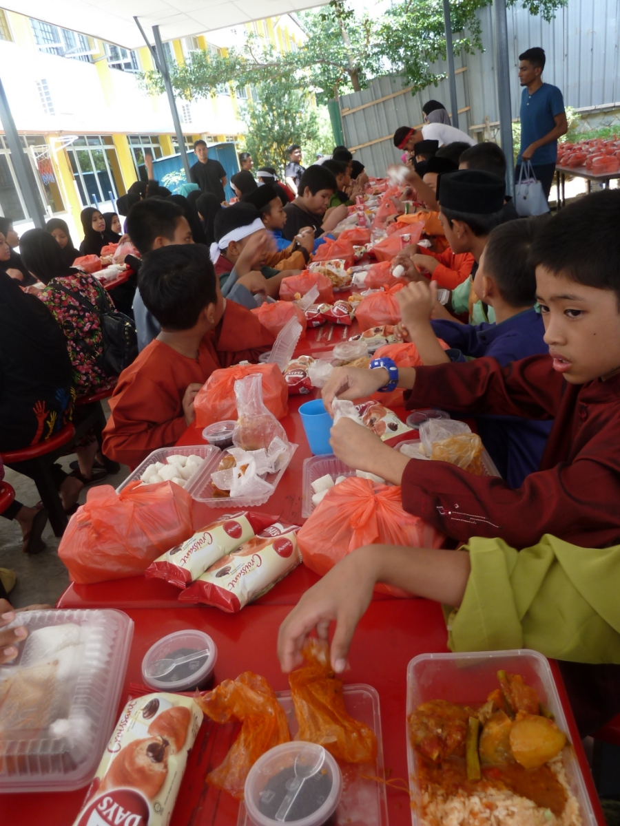 Brahim's Dewina feed lunch to Chow Kit special kids