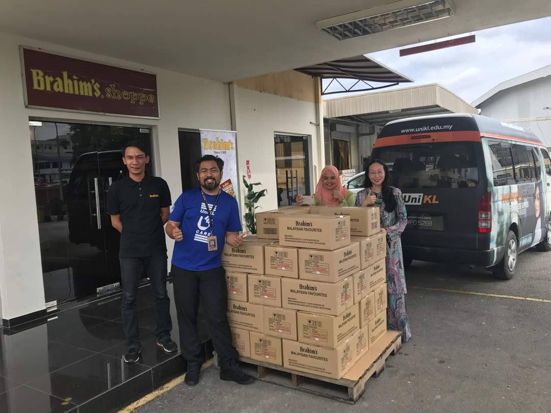 Brahim's helps donates food to Penang flood victims and volunteers from UNIKL