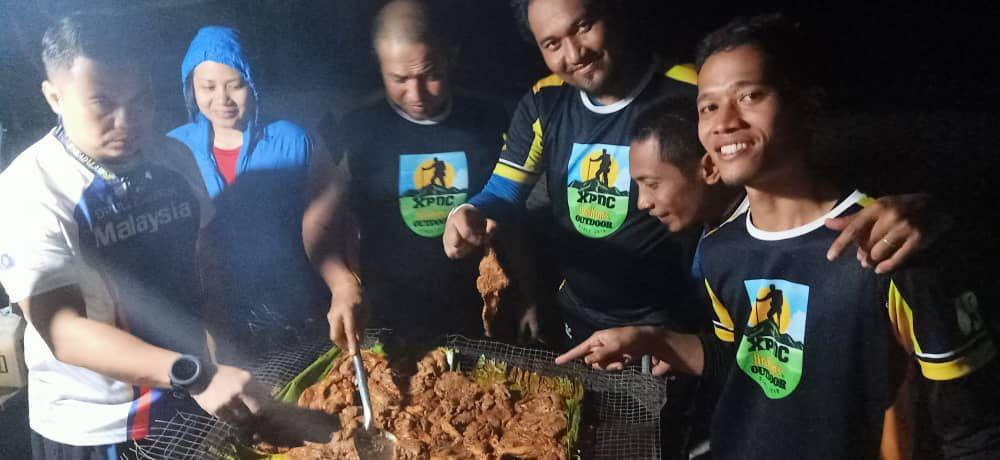 Daging kambing yang di marinate dengan kuah ayam madu Brahim's sedang dipanggang.  Semua tak sabar nak makan!