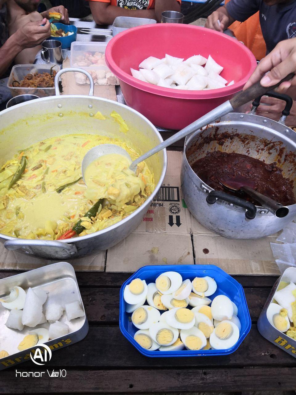 Sarapan pagi hari ketiga sebelum pulang ke Kuala Besut, lontong masak guna Kuah Lemak Brahim's makan dengan nasi impit dan sambal bilis guna Kuah Sambal Tumis Brahim's.
